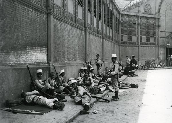 Soldats descansant al Mercat de Sant Antoni durant la Setmana Tràgica (1909)