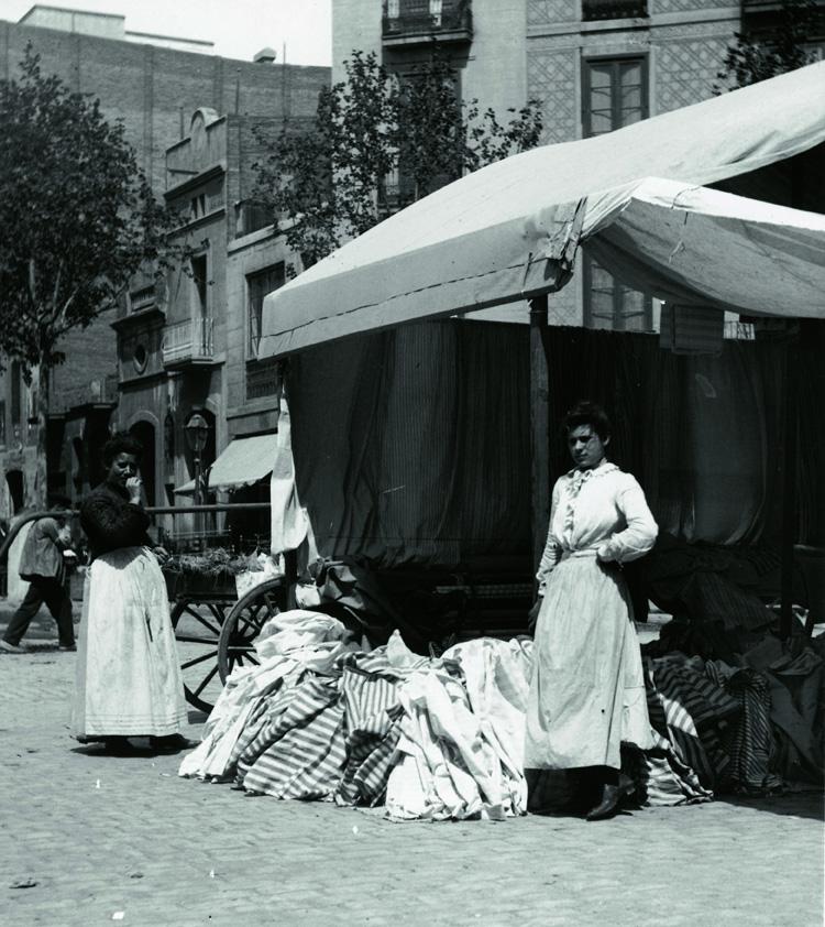 Parada de roba i teixits als Encants de Sant Antoni (1910-1915)