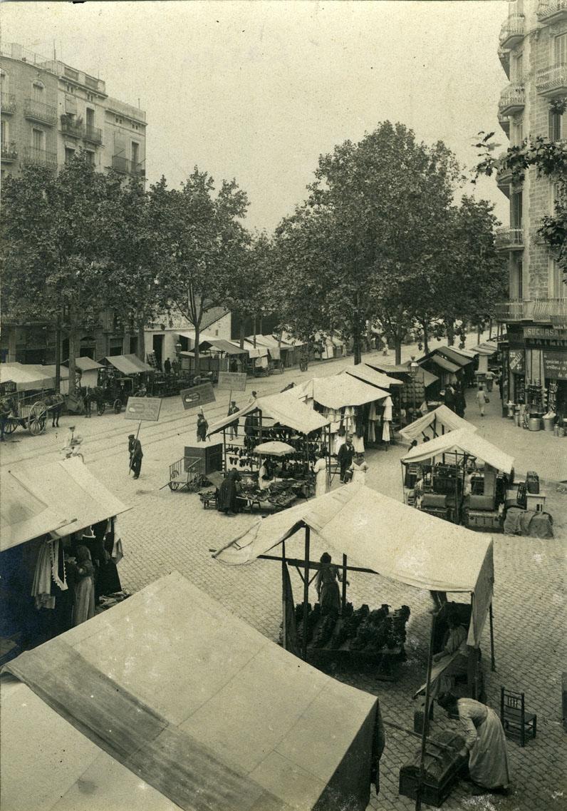 Els Encants de Sant Antoni al carrer del Comte d'Urgell (1913)