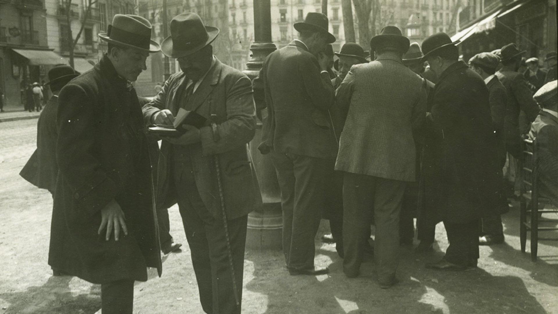 Mercat de llibres i segells a la ronda Sant Antoni (1911)